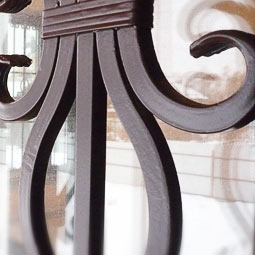 Цвет шоколад WS-Plast без патинирования на кованых решетках деревянного дома