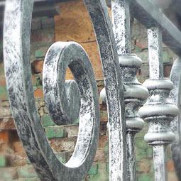 Патинирование серебрянной краской на кованой лестнице