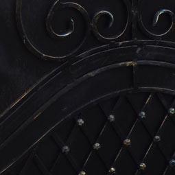 Черный цвет кованой калитки с патинированием